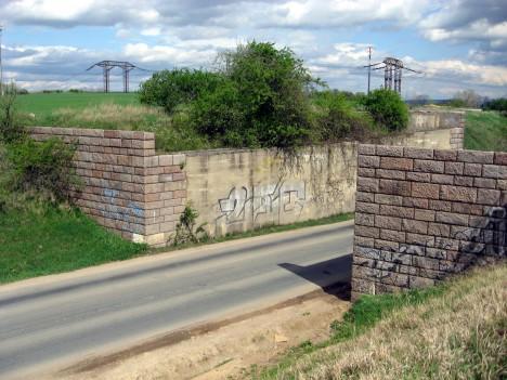 Pozůstatky dálnice. U jihomoravských Nebovid se nacházejí opěry nedokončeného mostu.