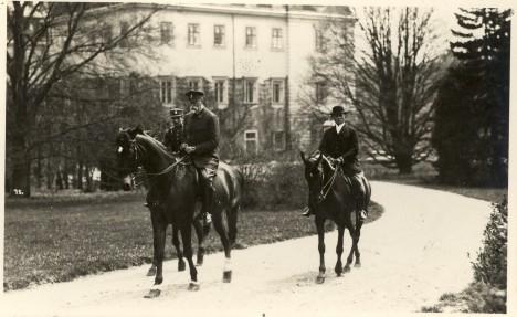 Prezident Tomáš Garrigue Masaryk při projížďce v Lánech. Zámek se stává jeho letním sídlem a velmi si ho oblíbí.