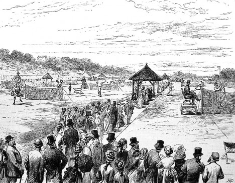 První ročník wimbledonského tenisového turnaje v roce 1877. Hráče podpoří na 2000 fanoušků.