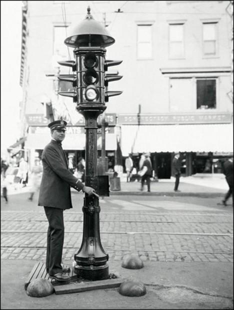První semafory obsluhují policisté