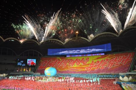 1. Rungrado May Day Kde?: Pchjongjang, Severní Korea Pojme 150 000 diváků Tvar střechy této obrovské stavby připomíná rozkvetlý květ, vypíná se totiž nad ním v kruhu celkem 16 oblouků, které sahají do výšky 60 metrů. Otevřen byl v roce 1989 a jeho celková plocha dává dohromady 20 fotbalových hřišť. Jeho tribuny praskaly ve švech v roce 1995, na zápas v profesionálním wrestlingu přišlo neuvěřitelných 190 000 lidí.