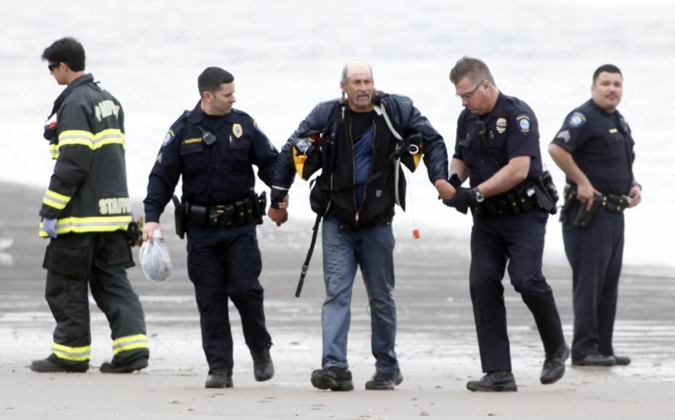 Samozvaného a naštěstí nezraněného kapitána si odvádějí policisté.