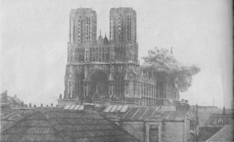 Ani nacistům se nepodaří slavnou stavbu zničit.
