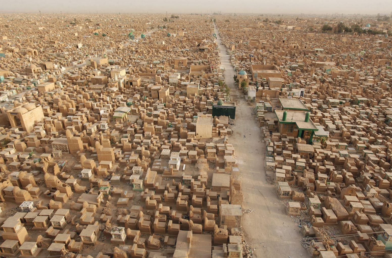 Skromné odhady mluví o pěti milionech hrobů, odvážnější tipují až deset milionů hrobů.