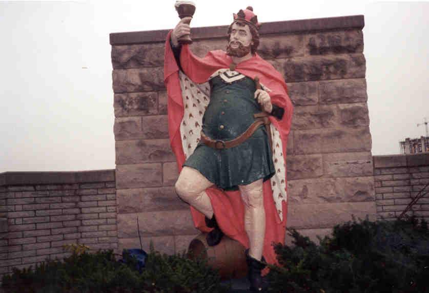 Sochy legendárního krále Gambrina jsou k vidění po celé Evropě a dokonce i v zámoří