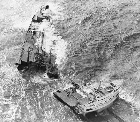 Foto: Tanker Torrey Canyon: Unavený kapitán ho namíří na skaliska!