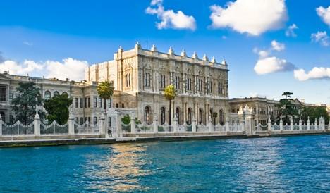 Turečtí panovníci se v polovině 19. století přestěhují do modernějšího paláce Dolmabahce.