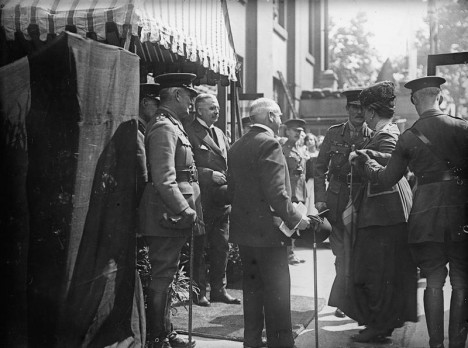 V době 1. světové války musí britská královna (druhá zprava) prodat část svých sbírek.