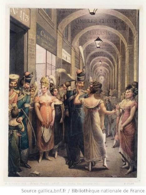 V podloubí pařížského paláce čekají nevěstky na své zákazníky.