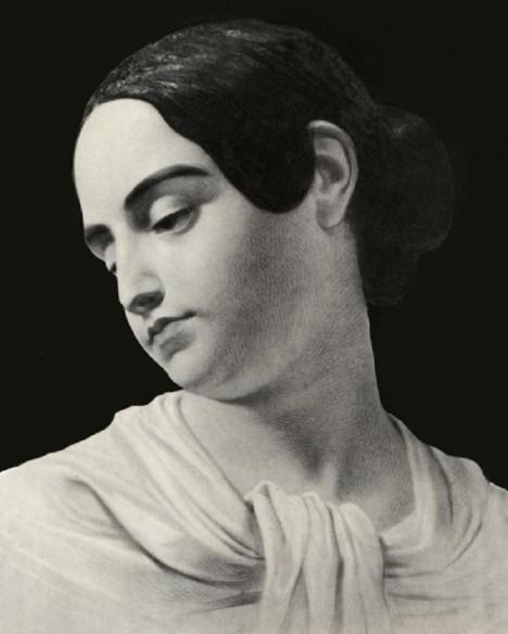 Virginia Poe, spisovatelova manželka. Umírá na tuberkulózu a Poe se po její smrti ještě více opíjí na žal.