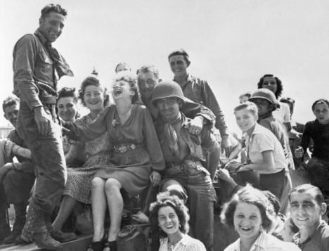 Vojáci, kteří přežijí, najdou útěchu v náručí Francouzek.