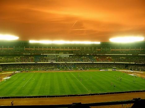 Indický fotbal je pro nás Evropany trochu záhadou, nicméně to neznamená, že fotbal je v Indii menšinovým sportem. Právě naopak! Indové fotbal naprosto zbožňují. Stadion Yuva Bharati Krirangan  v indické Kalkatě zaznamenal návštěvnický rekord v roce 1997 při fotbalovém utkání týmů East Bengal FC a Mohun Bagan AC, přišlo se podívat 131 tisíc lidí.