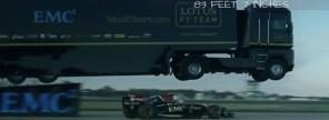 Bláznivý světový rekord: Formule podjela pod letícím kamionem!
