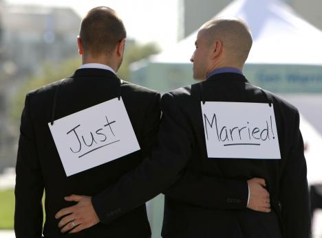 V některých zemích mohou homosexuálové uzavírat sňatky.