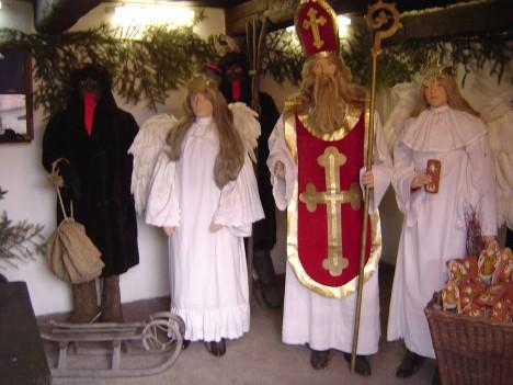 Figuríny Mikuláše, andělů a čertů ve skanzenu v Přerově nad Labem.