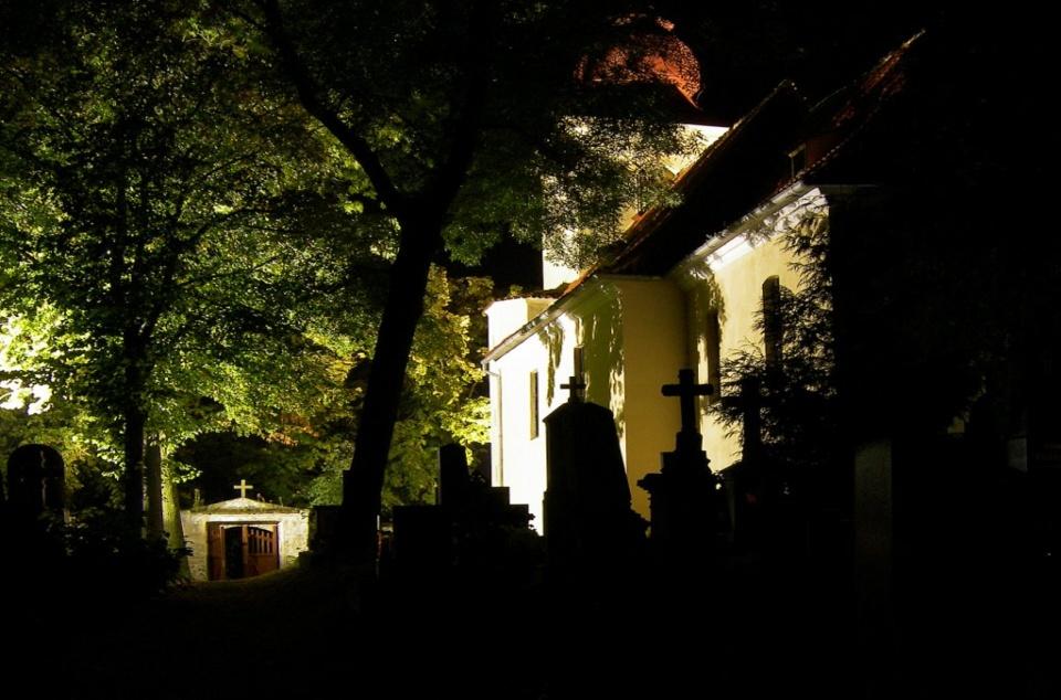 V noci se na hřbitov odváží málokdo.