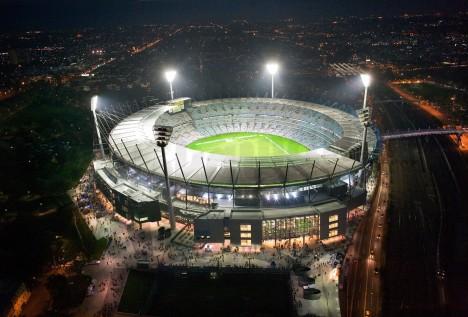 Existuje řada stadiónů, které se drží zhruba na příčce 100 000 sedadel - indonéský stadión Bung Karno; Azadi Stadium v Iránu; indický stadión Jawaharlal či Bukit Jalil v Malajsii. Do našeho žebříčku se dostal australský Melbourne Cricket Ground díky své bohaté historii. Je nejstarším na seznamu. Dokončen byl již v roce 1853.