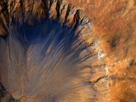 Poslední výzkumy ukázaly, že se na povrchu Marsu téměř jistě nachází tekoucí voda, která se přes den odpařuje.