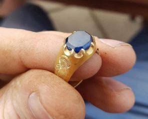 Cena prstenu přesahuje dva miliony.