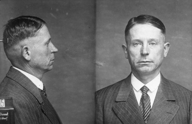 Zu dem grossen Prozess gegen Peter Kürten, dem Massenmörder von Düsseldorf, welchem 9 Morde und 7 Mordversuche zur Last gelegt werden. Polizeiaufnahme des Massenmörders Peter Kürten.