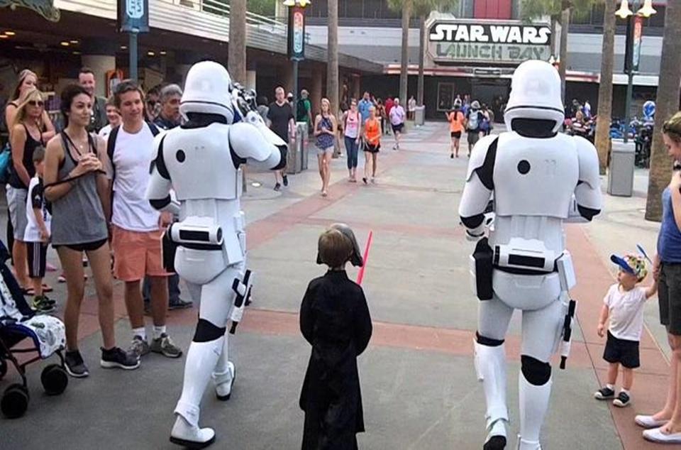 stormtroopers-escort-a-little-kid-dressed-as-kylo-ren-through-disney-worlds-hollywood-studios_1