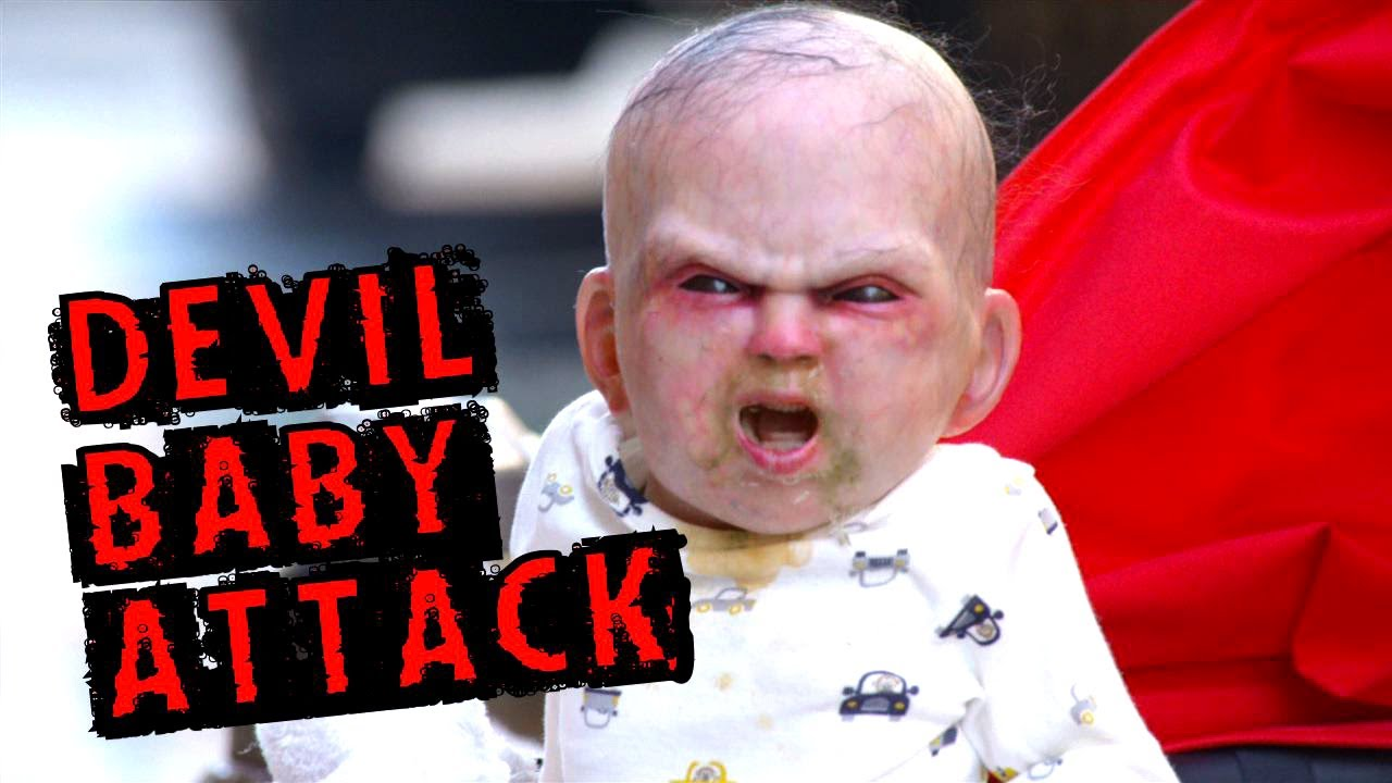 VIDEO: Dítě z pekla straší z kočárku New York!