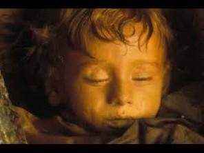 VIDEO: Je mumifikovaná dívka stále naživu?